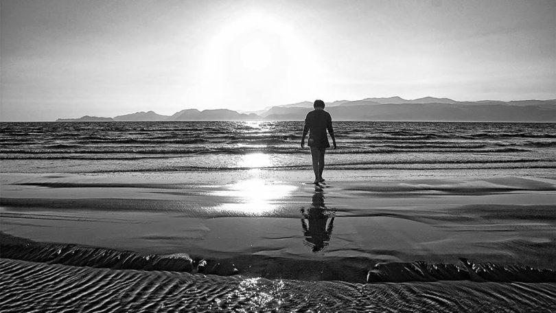 Lonely boy on beach बच्चा बात नहीं मानता